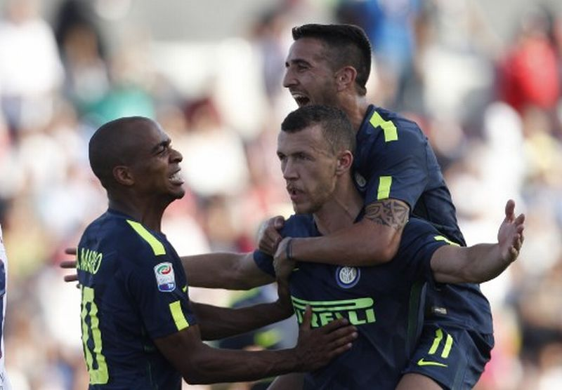 Inter Milan's Croatian midfielder Ivan Perisic (C) celebrates after scoring with teammates Inter Milan's Uruguayan midfielder Matias Vecino (R) and Inter Milan's Portuguese midfielder Joao Mario during the Italian Serie A football match FC Crotone vs FC Internazionale Milano on September 16, 2017 at the Ezio Scida Stadium. / AFP PHOTO / CARLO HERMANN