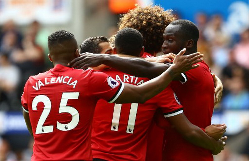 Manchester United's Belgian striker Romelu Lukaku (R) celebrates with teammates scoring the team's second goal during the English Premier League football match between Swansea City and Manchester United at The Liberty Stadium in Swansea, south Wales on August 19, 2017. / AFP PHOTO / Geoff CADDICK / RESTRICTED TO EDITORIAL USE. No use with unauthorized audio, video, data, fixture lists, club/league logos or 'live' services. Online in-match use limited to 75 images, no video emulation. No use in betting, games or single club/league/player publications.  /