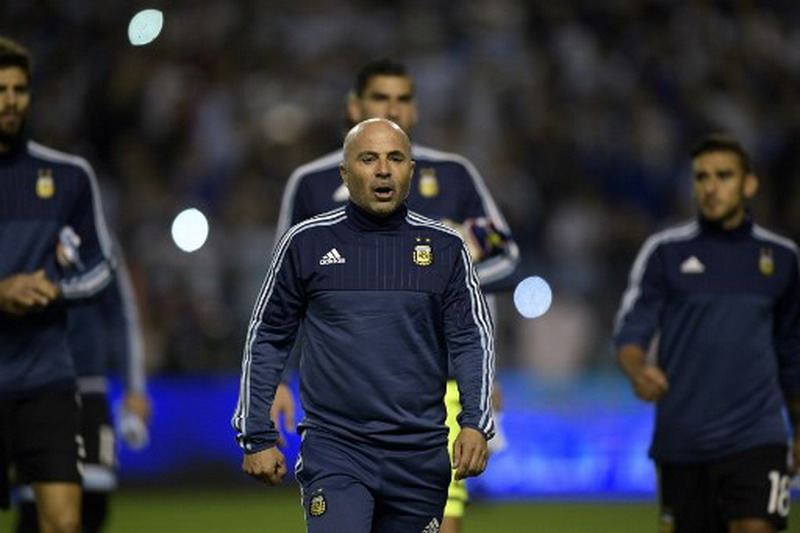 Argentina's coach Jorge Sampaoli (R) gestures during their 2018 World Cup football qualifier match against Peru in Buenos Aires on October 5, 2017. / AFP PHOTO / Juan Mabromata