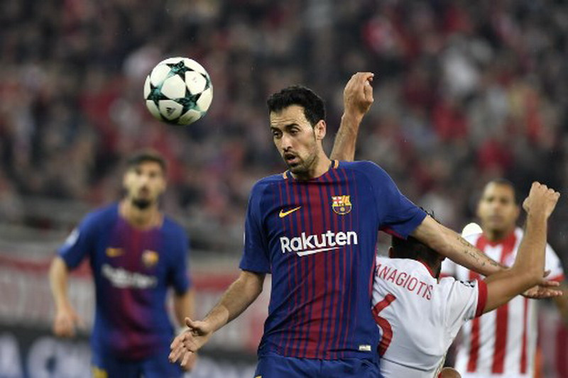 Barcelona's Spanish midfielder Sergio Busquets (L) vies with Olympiakos' midfielder Panagiotis Tachtsidis (R) during the UEFA Champions League group D football match between FC Barcelona and Olympiakos FC at the Karaiskakis stadium in Piraeus near Athens on October 31, 2017.  / AFP PHOTO / LOUISA GOULIAMAKI